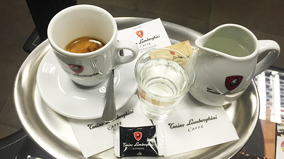 Prečo podávame Espresso Lungo s kanvičkou horúcej vody?